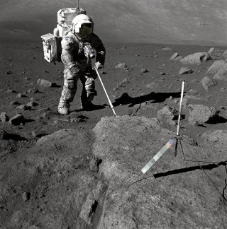 800px-Schmitt_Covered_with_Lunar_Dirt_-_GPN-2000-001124